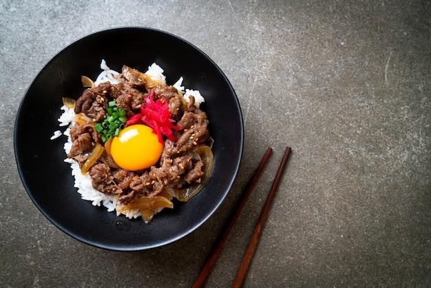 Carne fatiada com arroz coberto (gyuu don)