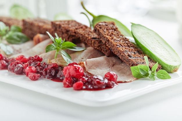 Carne fatiada ou porco com legumes marinados e molho