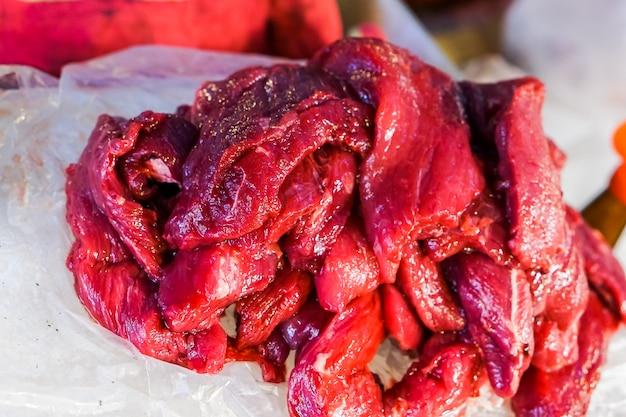 Carne fresca, carne vermelha e carne crua são vendidas no mercado.