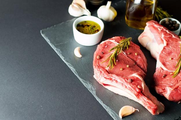 Carne fresca crua, bife de vaca e porco, lombo, com alecrim, pimenta e sal