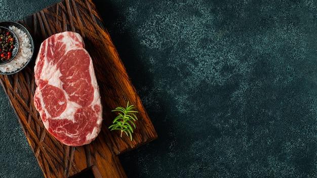Carne fresca crua e temperos