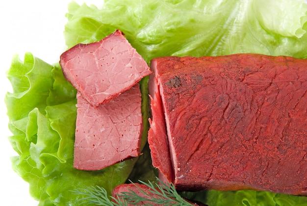 Carne fresca de alface e carne isolada no fundo branco