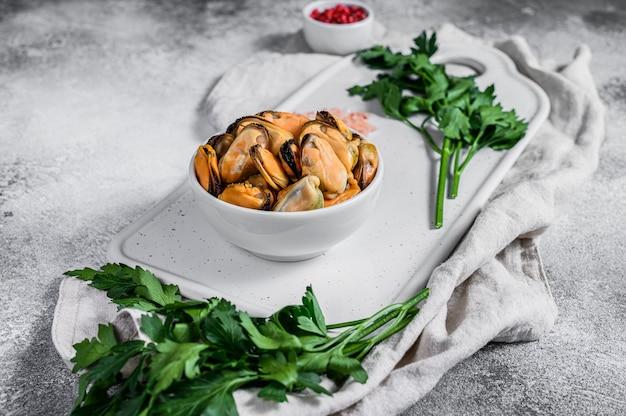 Carne fresca de mexilhão cru em uma tábua. marisco saudável.