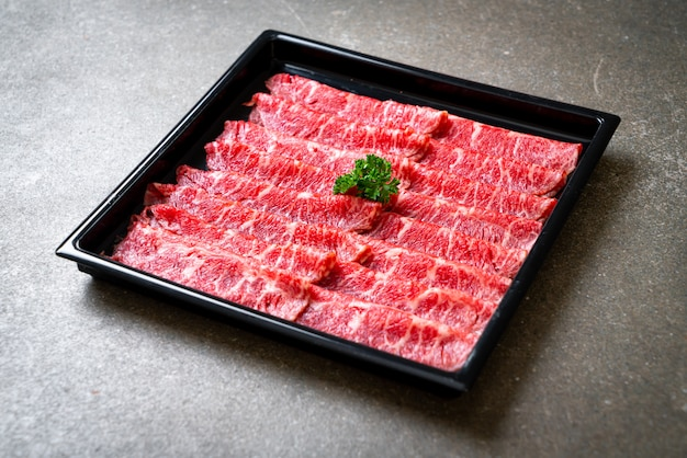 Carne fresca em fatias com mármore