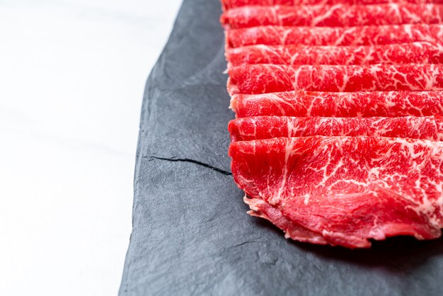 Carne fresca em fatias com textura marmorizada