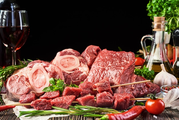 Carne fresca em uma superfície de madeira