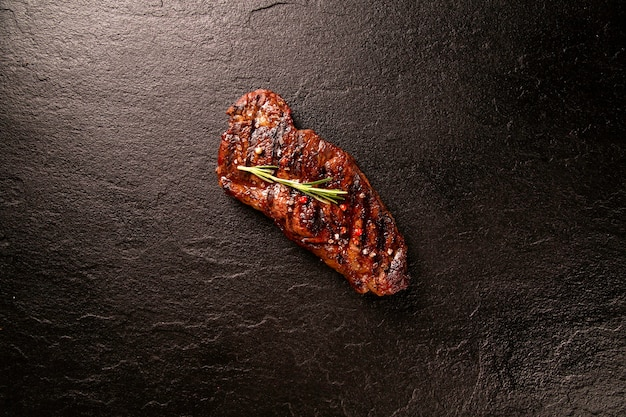 Carne fresca grelhada. bife grelhado mal passado na tábua de madeira. vista do topo.