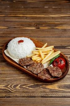 Carne frita com arroz e batata frita