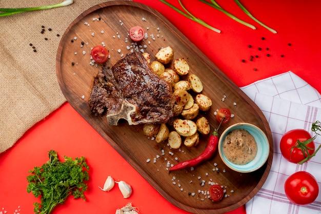 Carne frita com batata e pimenta vermelha
