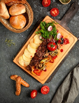 Carne frita com cogumelos e batatas fritas