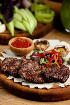 Carne frita com legumes e cogumelos