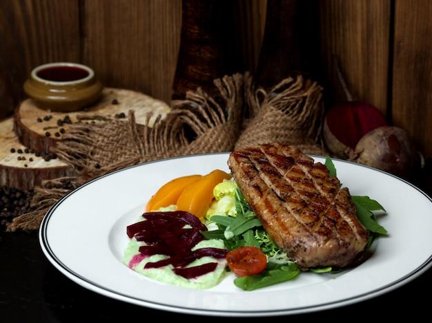 Carne frita com legumes na mesa