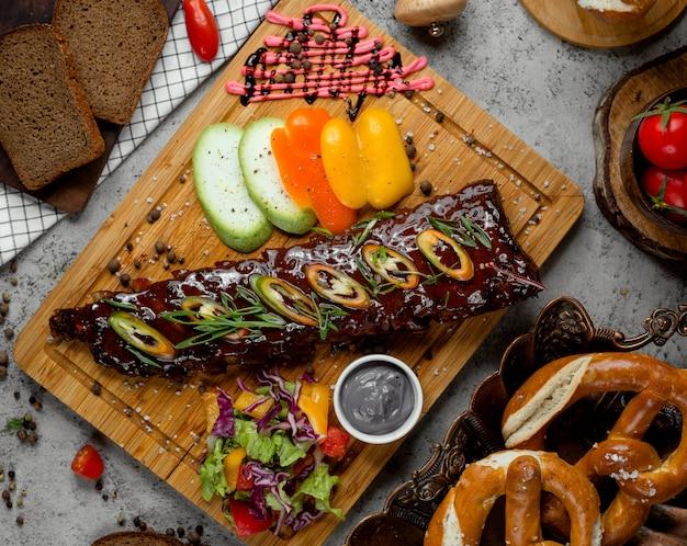Carne frita com molho e pimenta por cima
