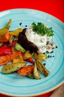 Carne frita e legumes e ervas