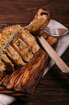 Carne frita em um fundo de madeira