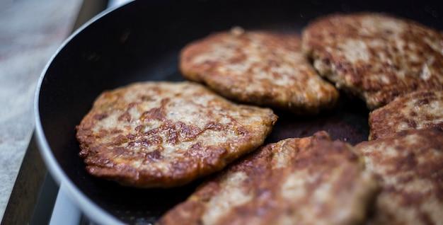 Carne frita em uma panela. costeletas de carne frita para hambúrgueres. como fazer um hambúrguer.