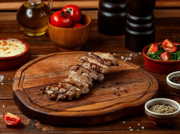 Carne frita na placa de madeira