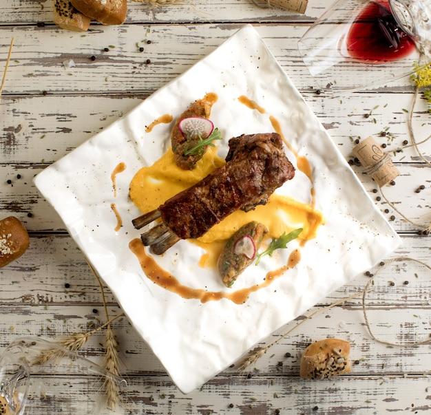 Carne frita na vista superior da mesa