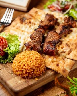 Carne frita no pão e decore