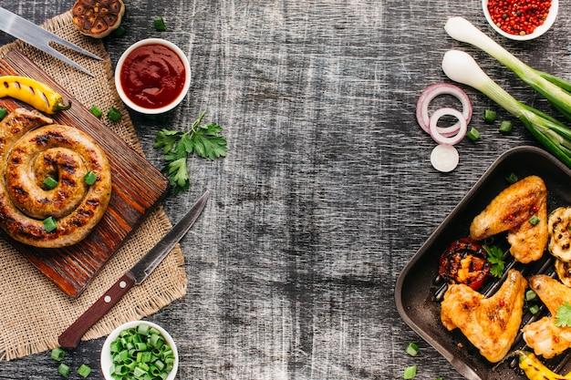 Carne frita saborosa para uma refeição saudável no plano de fundo texturizado de madeira