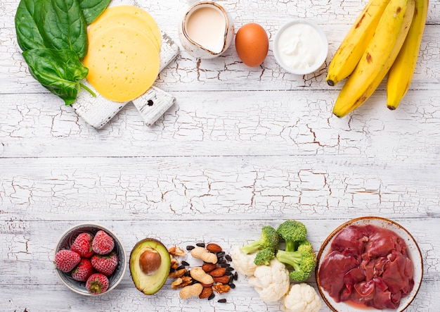 Carne, frutas e legumes em fundo de madeira