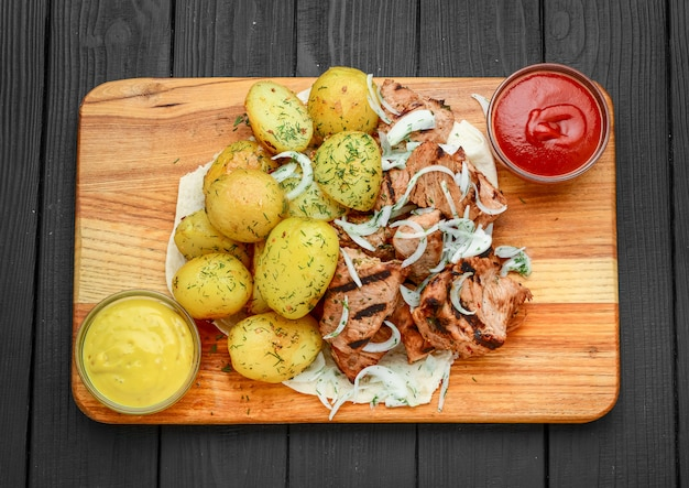 Carne grelhada com batatas cozidas e legumes