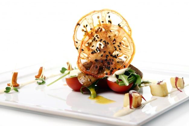 Carne grelhada com legumes e molho de natas