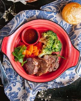 Carne grelhada com legumes vista superior