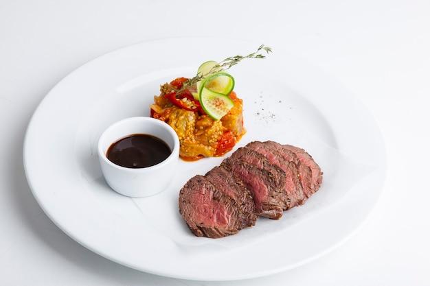 Carne grelhada de churrasco com arroz e molho vermelho