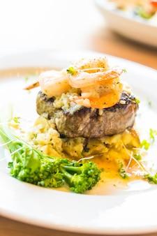 Carne grelhada e camarão ou bife de camarão