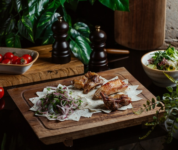 Carne grelhada e servida com salada de cebola