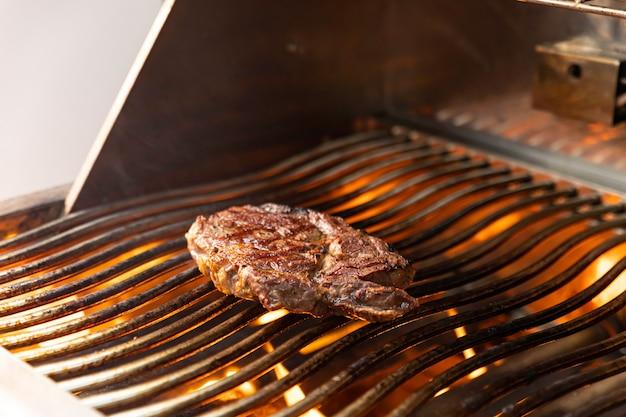 Carne grelhada em um restaurante de primeira