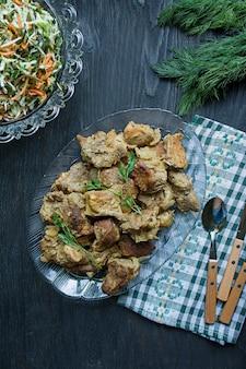 Carne grelhada. espetos de carne de porco em um prato.