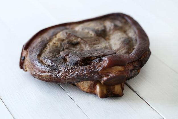 Carne grelhada na mesa de madeira