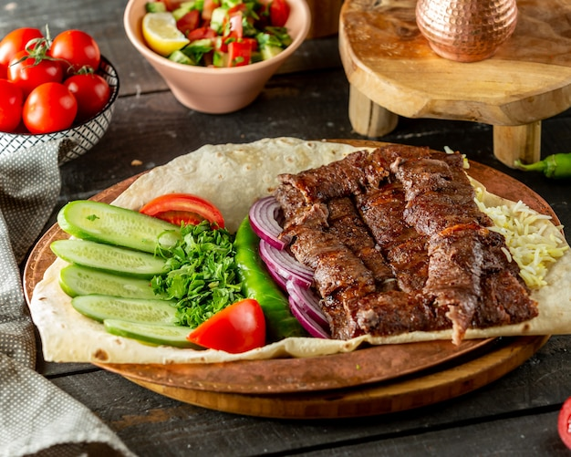 Carne grelhada servida com legumes frescos