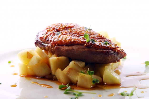 Carne grelhada servida em estilo gourmet