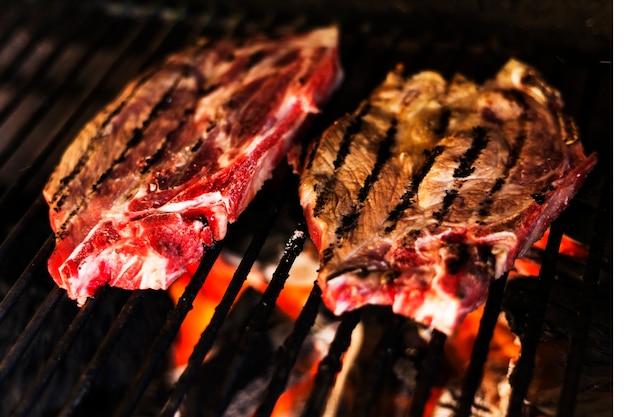 Carne grelhada sobre a chama quente no churrasco
