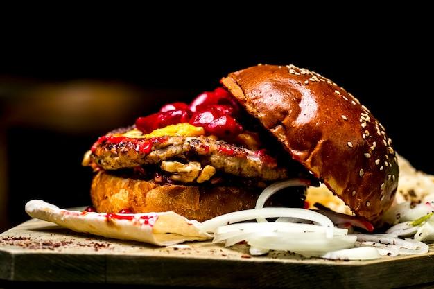 Carne hambúrguer tomate cebola feijão nozes vista lateral