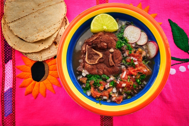 Carne mexicana com frijoles e tortillas