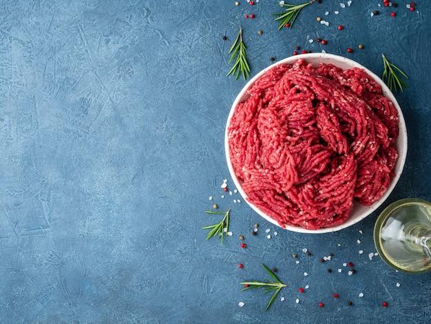 Carne moída, carne moída com ingredientes para cozinhar