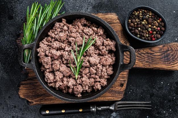 Carne moída de carne frita em uma panela para cozinhar macarrão