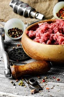 Carne moída em moedor de carne