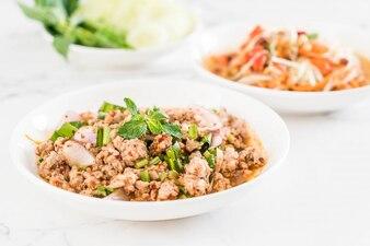 Carne moída picante de porco (Larb - comida tailandesa tradicional)