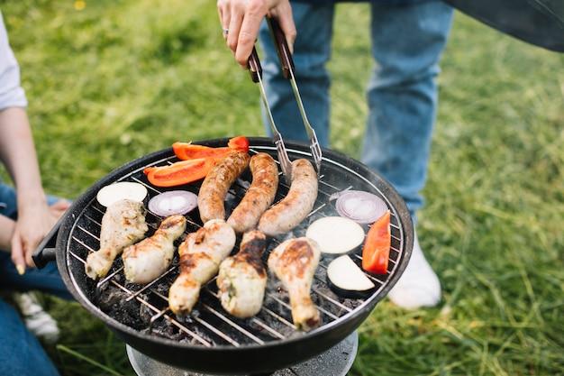 Carne na churrasqueira na natureza