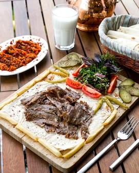 Carne no lavash salada pepino vista lateral
