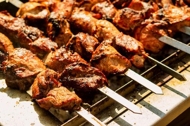 Carne no processo da churrasqueira ou do no espeto de cozimento.