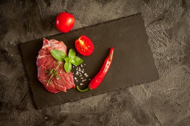 Carne no quadro escuro