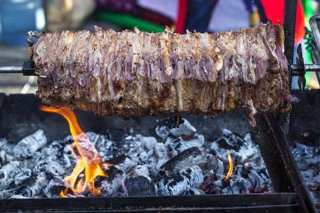 Carne para shawarma em uma grelha de cuspir.
