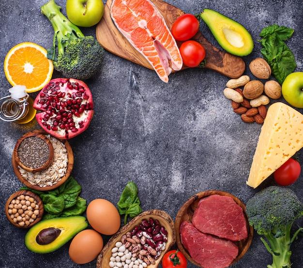 Carne, peixe, legumes, nozes e legumes.