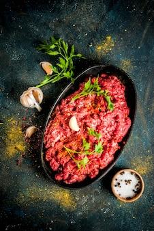 Carne picada com especiarias e ervas frescas para cozinhar